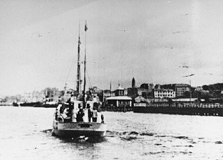 "<p>Jewish <a href=""/narrative/2419/en"">refugees</a> being rescued aboard a Danish fishing boat bound for Sweden. October 1943.</p>"