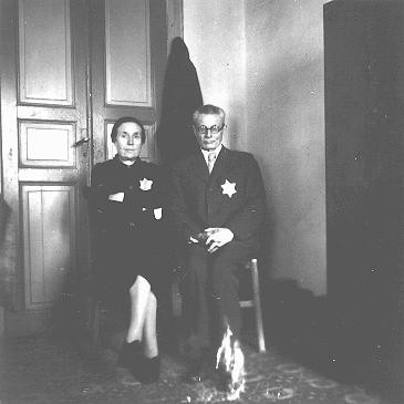 """<p>A Greek Jewish couple with compulsory yellow stars on their clothing. <a href=""""/narrative/5364/en"""">Salonika</a>, <a href=""""/narrative/4964/en"""">Greece</a>, between February and June 1943.</p>"""