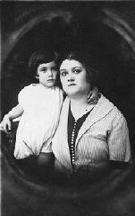 <p>Prewar portrait of mother and son Zeni and Rudy Farbenblum. Munkacs, 1922.</p>