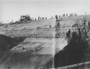 <p>Prisoners at forced labor constructing the new Dachau satellite camp of Weingut I in Mühldorf . Germany, 1944.</p>