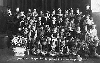 """<p><a href=""""/narrative/9164/en"""">Purim</a> portrait of a kindergarten class at the Reali Hebrew gymnasium. Kovno, Lithuania, March 5, 1939.</p>"""