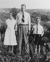 <p>Photograph of Jan Zwartendijk with his daughter Edith and son Jan, Jr., Kovno, 1939-1940.Zwartendijk aidedJewish refugeesby issuing permits for them to enter Curaçao, a Dutch colonial possession in the West Indies.</p>