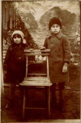 """<p>This 1929 portrait shows <a href=""""/narrative/10265/en"""">Norman Salsitz</a> with his niece, Szandla Weinstein. Picture taken in front of a photographer's backdrop in the Kolbuszowa marketplace.</p>"""