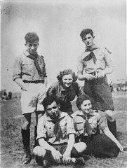 """<p>Group portrait of members of the Hashomer Hatzair socialist Zionist <a href=""""/narrative/10515/en"""">youth movement</a>. Pictured in the back row, left to right, are: Tzvi Braun, Shifra Sokolka and Mordechai Anielewicz. Seated in front are Moshe Domb and Rachel Zilberberg (""""Sarenka""""). Warsaw, Poland, 1938.</p>"""