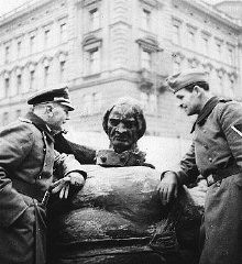 <p>The Germans destroyed symbols of the Polish state. Here, German soldiers stand by the toppled Grunwald monument in Krakow. Poland, 1940.</p>