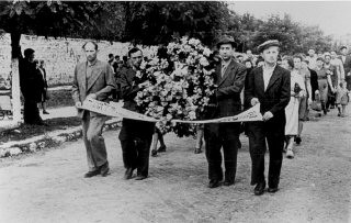 "<p>Funeral procession for victims of the <a href=""/narrative/11504/en"">Kielce</a> pogrom. Kielce, Poland, July 1946.</p>"