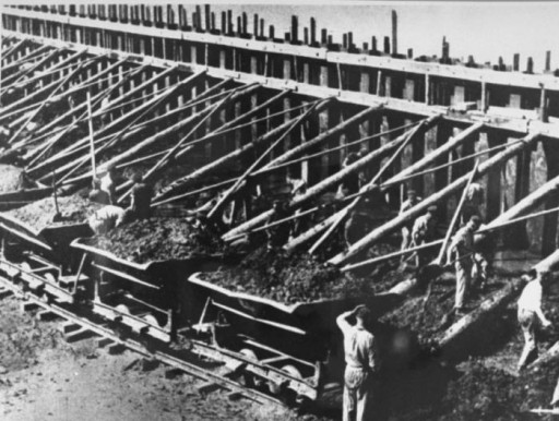 Forced labor at the Klinkerwerke near Sachsenhausen.