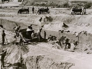 <p>Forced labor in the quarry of the Mauthausen concentration camp. Austria, date uncertain.</p>