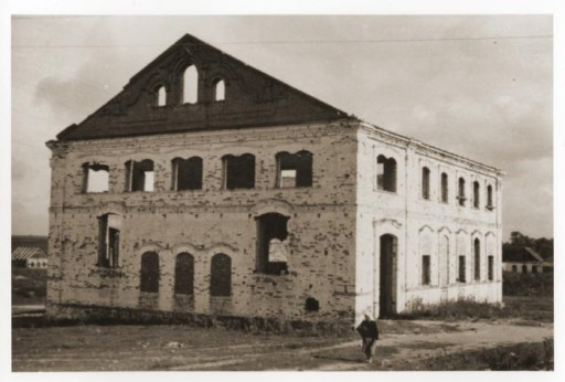 "<div class=""datapair"">Exterior of the destroyed synagogue of Mir. This photograph was taken in 1946. </div>