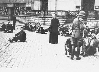 <p>German soldiers hold Poles, including Polish clerics, hostage. Bydgoszcz, Poland, September 9, 1939.</p>
