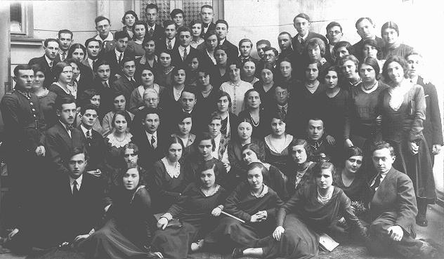 Graduates of the Piotrkow Trybunalski Hebrew Gymnasium (Jewish high school). [LCID: 05190]