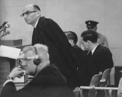 <p>النائب العام جيديون هاوسنر (واقفا) خلال محاكمة أدولف أيشمان. القدس, إسرائيل 11 يوليو 1961.</p>