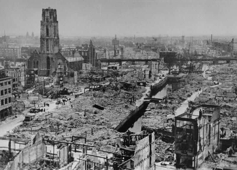 <p>1940年5月の西側移動作戦中のドイツ軍による爆撃後のロッテルダムの様子。1940年5月、オランダ、ロッテルダム。</p>