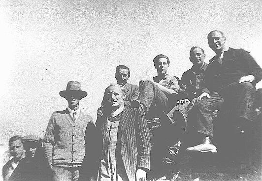 <p>German Jewish refugees at the Chelsea Park training farm established by the Australian Jewish Welfare Society near Sydney. Australia, ca. 1940. [Please contact Beth Hatefutsoth for copies of this photograph.]</p>