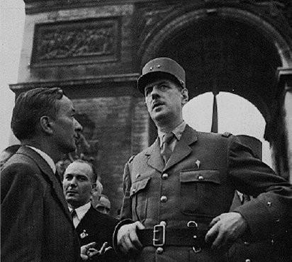 <p>El general francés Charles de Gaulle y el líder de la resistencia Georges Bidault dialogan antes de marchar por los Campos Elíseos hacia Notre Dame durante las ceremonias que tuvieron lugar para celebrar la liberación de la capital francesa. París, Francia, agosto de 1944.</p>