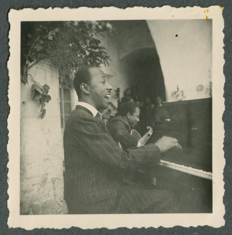 Freddy Johnson, ein afroamerikanischer Jazzmusiker, spielt Klavier