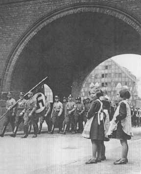 Members of the SA enter Danzig in 1939. [LCID: 69000]