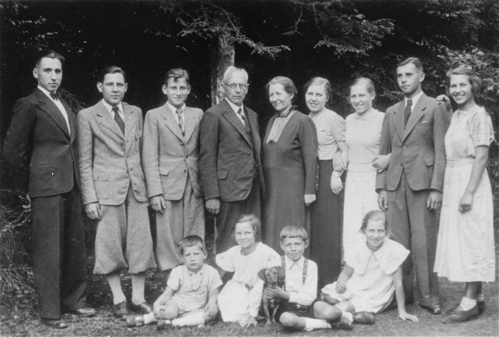 The last photo of the entire Kusserow family, persecuted for being Jehovah's Witnesses. Bad Lippspringe, Germany, ca. 1935.
