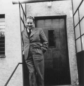 "<p>الدكتور جوزيف جاكسي، الذي أنقذ 25 يهوديًا أثناء الحرب. فقد وفر لهم المخابئ والأموال والدواء كما قام بتزوير أوراق هوية من أجلهم. وقد حصل جاكسي على اللقب ""شخص مستقيم بين الأمم"". تشيكوسلوفاكيا، فترة ما قبل الحرب.</p>"