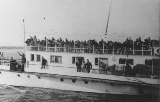 Thracian Jews crowd the upper deck of a deportation ship as it leaves the port of Lom. [LCID: 79719]