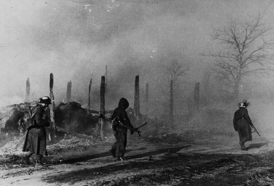 <p>Des troupes allemandes passent à côté de bâtiments en ruine à Zhitomir. Union soviétique, pendant la guerre.</p>