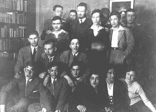 <p>Group of students and staff of a Jewish school in Berlin. Germany, April 1932.</p>