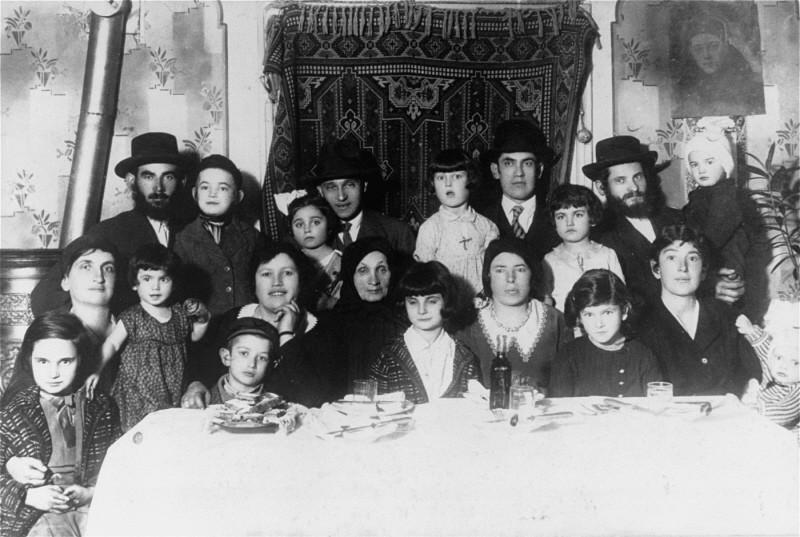 Portrait of the Ehrlich family. Munkacs, Czechoslovakia, 1930. [LCID: 14319]