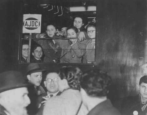 <p>More than 150 Jewish displaced persons, helped by the American Jewish Joint Distribution Committee, leave Paris for South America. Paris, France, 1948.</p>