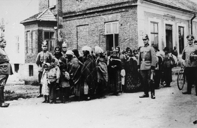 <p>German police guard a group of Roma (Gypsies) who have been rounded up for deportation to Poland. Germany, 1940–45.</p>