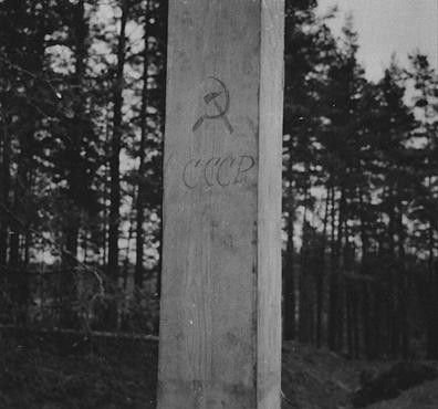 A post marked with Soviet symbols along the demarcation line between German- and Soviet-occupied Poland. [LCID: 20355]