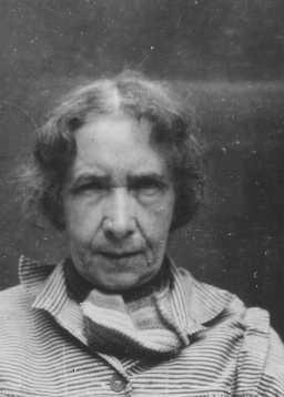 <p>إحدى ضحايا برنامج القتل الرحيم النازي: دخلت إلى أحد أجنحة الطب النفسي بسبب معتقداتها وكتاباتها المنشقة، وقد قُتلت في 26 كانون الثاني/يناير، عام 1944. ألمانيا، التاريخ غير محدد بالضبط.</p>