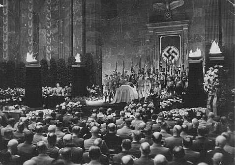<p>Funeral del Estado para Carl Roever, líder de distrito nazi. Alfred Rosenberg pronuncia la oración fúnebre. Berlín, Alemania, 22 de mayo de 1942.</p>