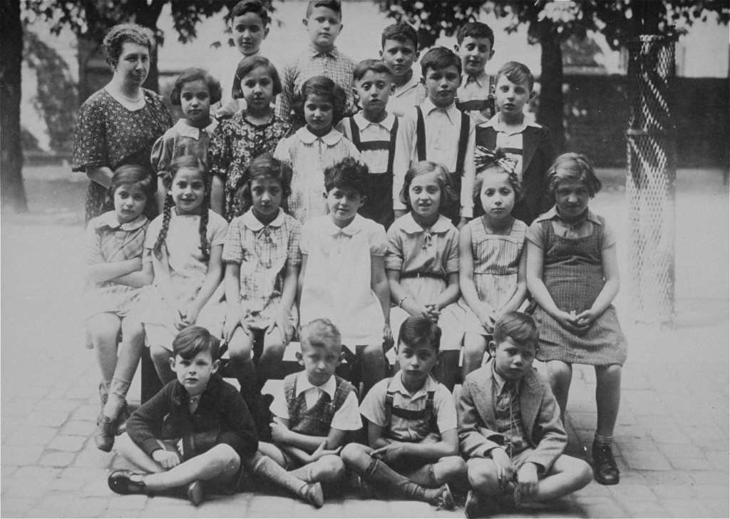 Class photo of students and a teacher at a Jewish school in prewar Karlsruhe. [LCID: 03085]
