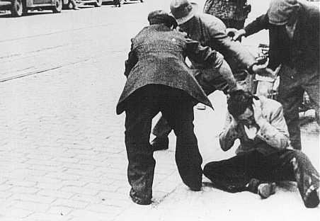 Des civils ukrainiens frappent un Juif au cours d'un pogrom à Lvov. [LCID: 69736]