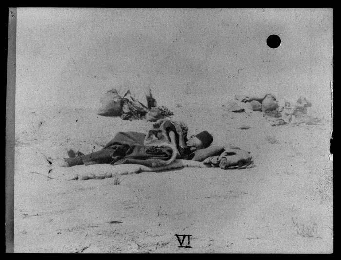 <p>لاجئون أرمن في الصحراء. رجل في المقدمة يرقد على الأرض على طبقة من الفراش 1915-1920.</p>