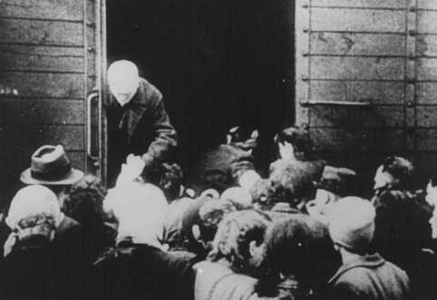 Deportation of Jews from the Westerbork transit camp. [LCID: 5198]