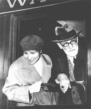 """<p><a href=""""/narrative/11596/en"""">Sigmund Freud</a> and daughter Anna in Paris, en route to exile in England. June 1938.</p>"""