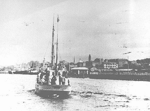 """<p>""""Réfugiés juifs sauvés à bord d'un bateau de pêche danois partant pour la Suède. octobre 1943.""""</p>"""
