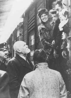 <p>Des réfugiés juifs autrichiens rapatriés, venant de Shanghai, arrivent à Vienne. Leur transfert fut organisé par l'UNRRA (Administration des Nations Unies pour les secours et la reconstruction). 2 février 1947.</p>