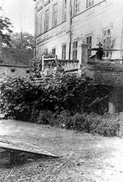 View of the manor house in Chelmno that became the site of the Chelmno killing center. [LCID: 43097]