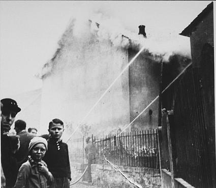 <p>水晶の夜(「壊れたガラスの夜」)に炎上するオーベルラムシュタットのシナゴーグ。シナゴーグの代わりに近隣の家屋を救援する消防隊員。シナゴーグが崩壊するのを見る地元住民。1938年11月9日〜10日、ドイツ、オーベルラムシュタット。</p>