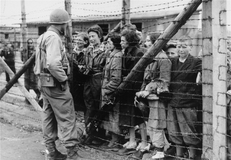 An American soldier and liberated prisoners of the Mauthausen concentration camp. [LCID: 74456]