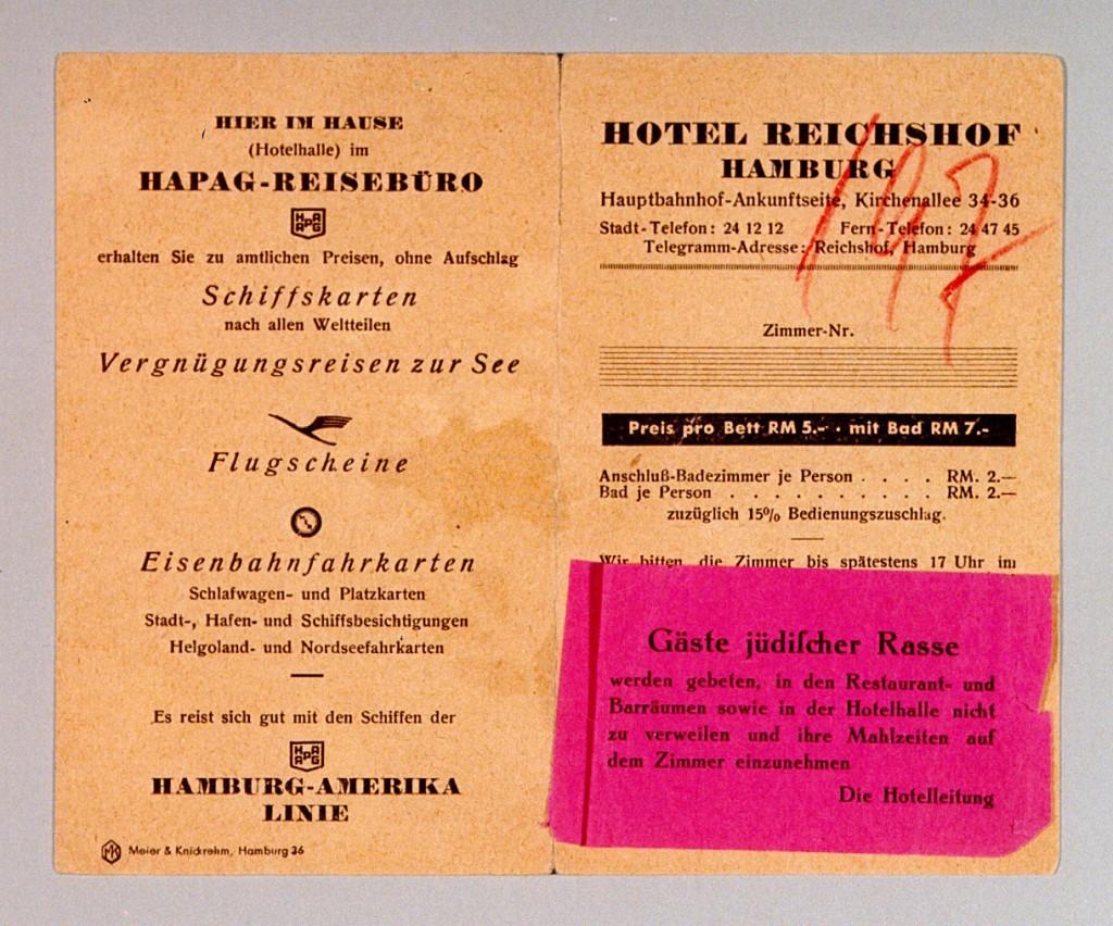 <p>ドイツ、ハンブルクのホテル・ライヒスホフの1939年のチラシ。 赤いラベルには、ホテル内のレストラン、バー、レセプションルームへのユダヤ人の立ち入りを禁止した文言が書かれています。 ホテル側はユダヤ人宿泊客に食事を客室内でとるように要求していました。 1935年のニュルンベルク法の発効後、ユダヤ人は、ドイツ国内の公共の場所に立ち入ることを組織的に禁止されました。</p>