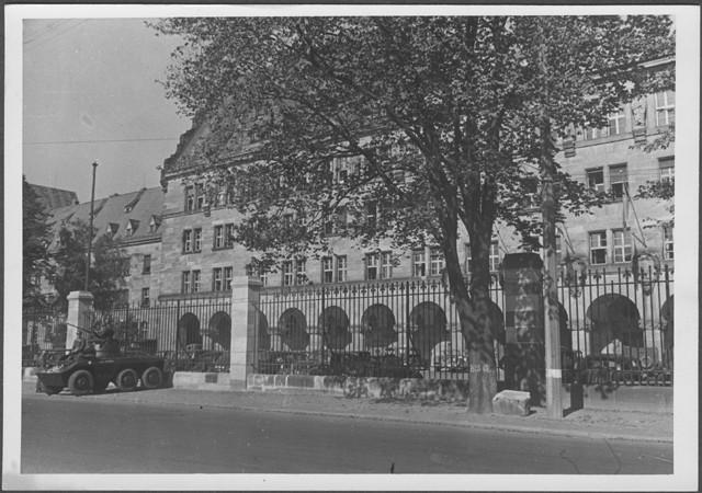 <p>Un vehículo blindado está estacionado fuera de la puerta del Palacio de Justicia de Núremberg, el día en que se pronunció la sentencia del Tribunal Militar Internacional. Núremberg, Alemania, 1 de octubre de 1946.</p>
