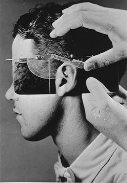 <p>Descendência racial sendo determinada pela medição de uma orelha no Instituto Kaiser Wilhelm de Antropologia. Alemanha, data incerta.</p>