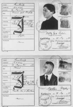 "<p>جواز سفر لزوجين يهوديين ألمان, مطبوع عليه الحرف (J) لـ (Jude) ""يهودي"". كارلسروه, ألمانيا. 29 ديسمبر 1938.</p>"