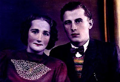 A hand-tinted photograph of Frieda Greinegger and Julian Noga as a young couple. [LCID: n02819]