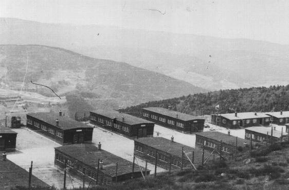 <p>Barracas del campo cantera del campo de concentración de Natzweiler-Struthof. Natzweiler, Francia, después del 7 de abril de 1945.</p>