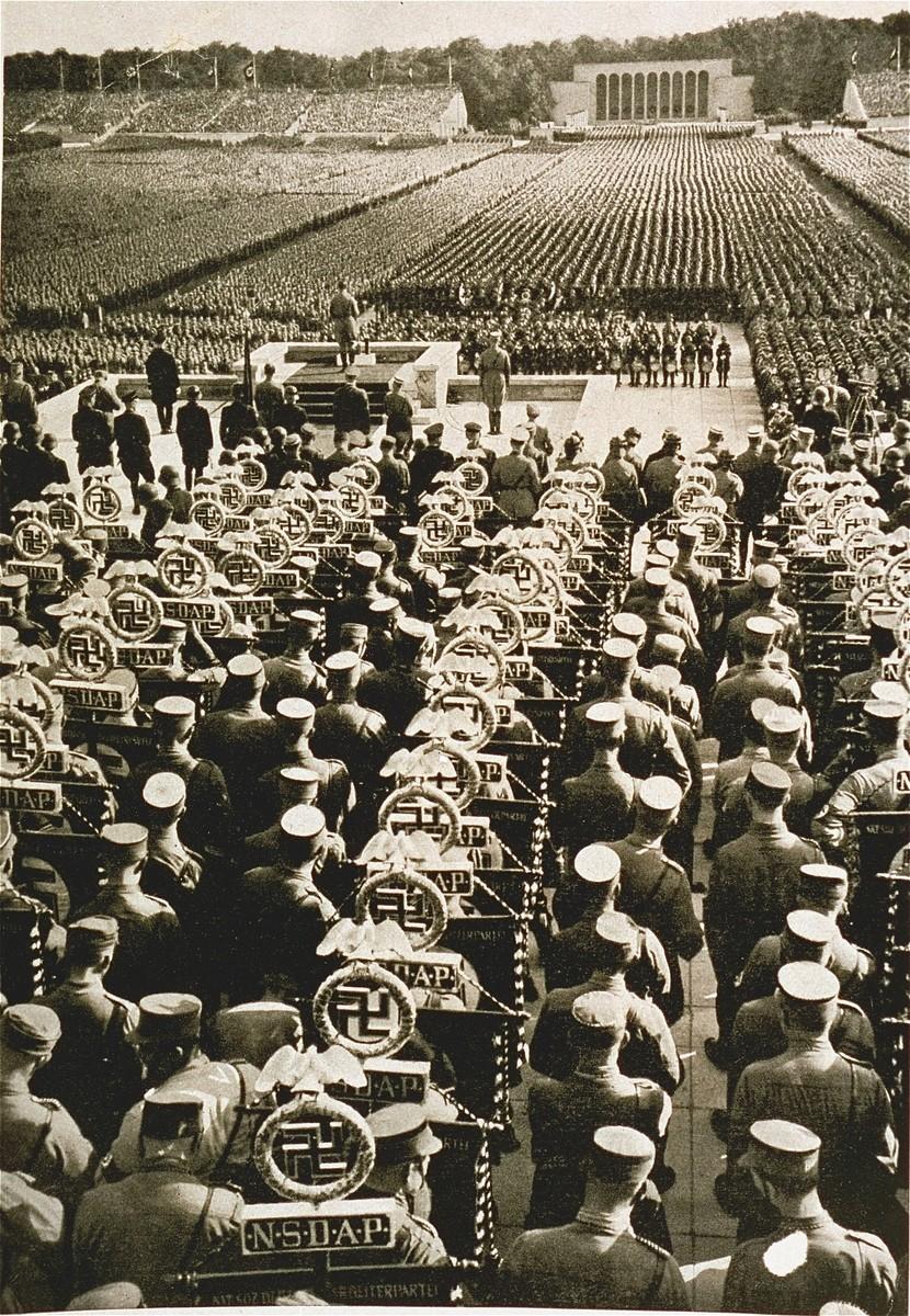 <p>صف من أعضاء جيش الإنقاذ وراء المنصة خلال مؤتمر الحزب النازي سنة 1935. نورنبرغ, ألمانيا. سبتمبر 1935.</p>
