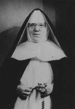 """<p>Retrato de la Madre Superiora Alfonse, quien ocultó de los nazis a niños judíos en el convento dominicano de Lubbeek, cerca de Hasselt. Yad Vashem la honró con el título de """"Justa entre las naciones"""". Bélgica, durante la guerra.</p>"""